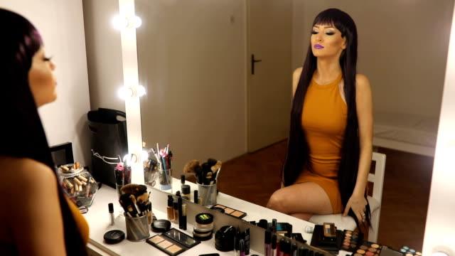mor peruk olan kadın - peruk stok videoları ve detay görüntü çekimi