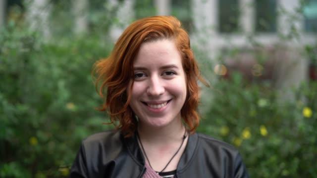 vidéos et rushes de jeune femme avec les cheveux rouge portrait - portrait femme