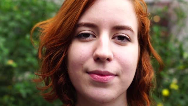 vídeos de stock, filmes e b-roll de jovem mulher com cabelo vermelho retrato - sul europeu