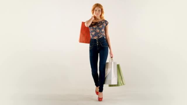 Junge Frau mit Einkaufstasche – Video