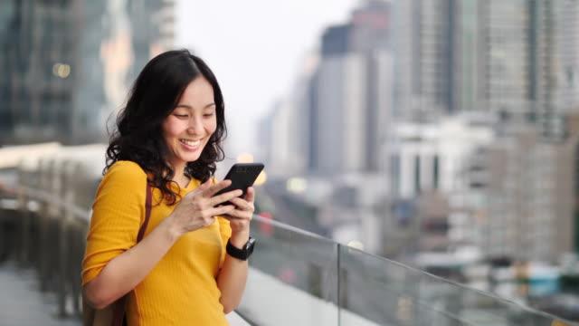 ung kvinna med smart telefon med hjälp av sociala medier - skrollning bildbanksvideor och videomaterial från bakom kulisserna