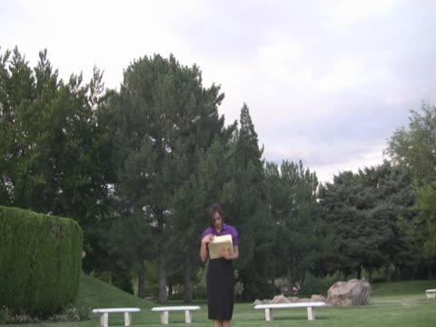giovane donna con le cartelle - pinacee video stock e b–roll