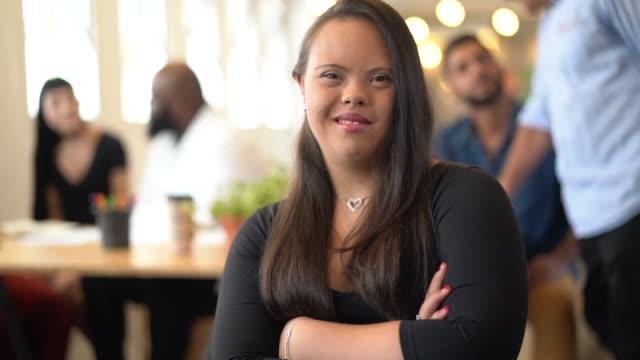 vidéos et rushes de jeune femme avec des besoins spéciaux dans le portrait de bureau-environnement d'affaires - 18 19 ans