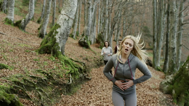 Junge Frau mit Magenschmerzen – Video