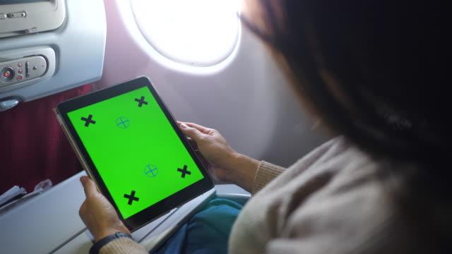 평면에 태블릿 젊은 여자 - airplane seat 스톡 비디오 및 b-롤 화면