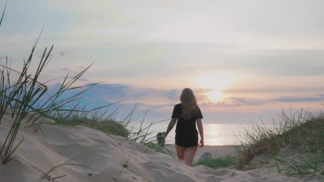 ung kvinna med tatueringar på en strand i sverige - summer sweden bildbanksvideor och videomaterial från bakom kulisserna