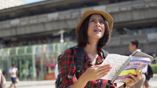 young woman with tourist map - турист с рюкзаком стоковые видео и кадры b-roll