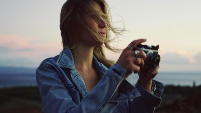 写真を撮るビンテージ カメラを持つ若い女性 ビデオ