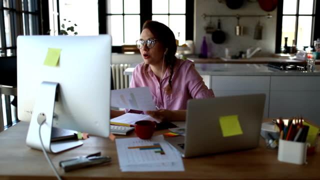 vídeos de stock, filmes e b-roll de jovem mulher trabalhando em casa - home office