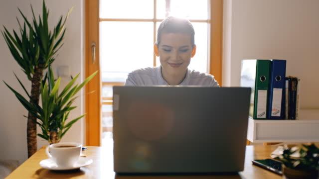 vídeos de stock e filmes b-roll de ds young woman working on a laptop - 20 24 anos