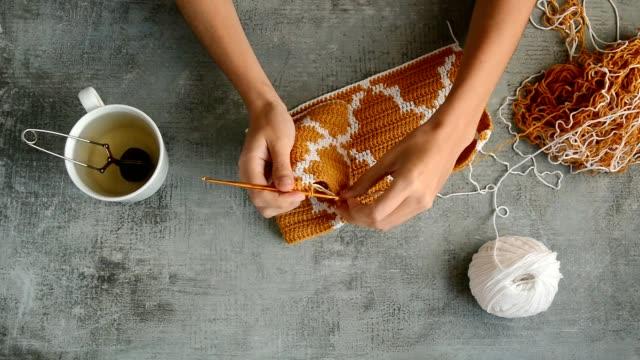 vídeos de stock e filmes b-roll de young womans hands crochet hook - bricolage