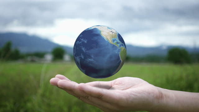 Mains jeune femme tenant globe tournant au dehors. Ultra Video HD (4K). Éléments de cette image fournie par la NASA - Vidéo