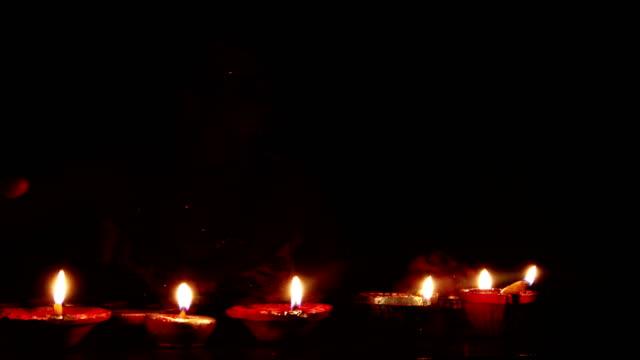 Mulheres novas que comemoram o festival de Diwali - vídeo