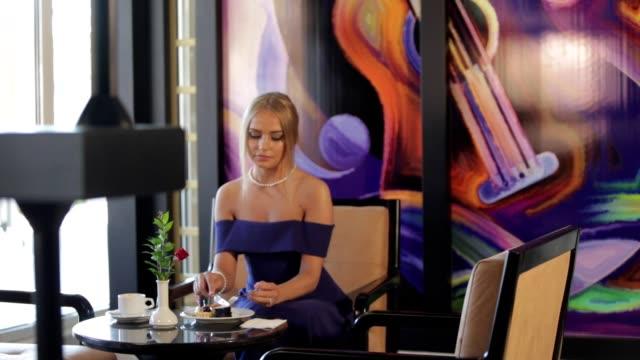 jeunes femmes appréciant dans un coffee shop - Vidéo