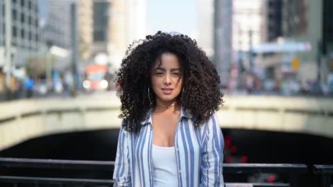 vidéos et rushes de portrait de jeunes femmes - coiffure
