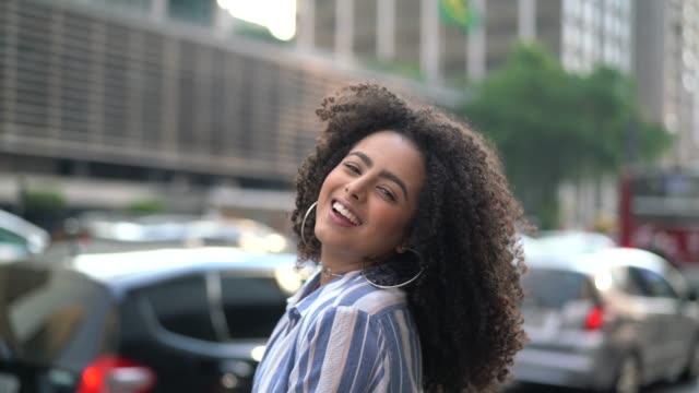 vídeos de stock, filmes e b-roll de retrato de jovens mulheres - brasileiro pardo