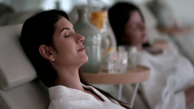 junge frauen, die massage-behandlung im spa entspannen - sauna und nassmassage stock-videos und b-roll-filmmaterial