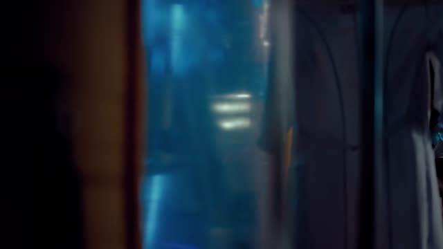 stockvideo's en b-roll-footage met jonge vrouwelijke wetenschappers onderzoeken een vreemdeling in het operationele blok van een technisch laboratorium. zijdelingse overspanning van de camera. - ventilator bed