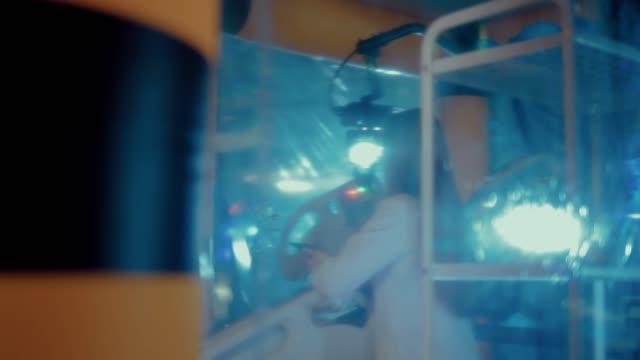 stockvideo's en b-roll-footage met jonge vrouwelijke wetenschappers bespreken en registreren de resultaten van een experiment in een laboratorium. zijdelingse overspanning van de camera. - ventilator bed