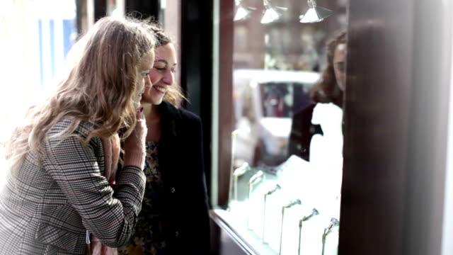 junge frauen shopping - schaufenster stock-videos und b-roll-filmmaterial