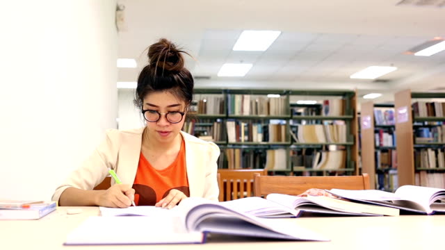 unga kvinnor studie - linjerat papper bakgrund bildbanksvideor och videomaterial från bakom kulisserna