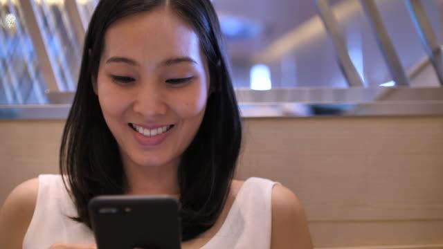 vidéos et rushes de jeunes femmes à l'aide de téléphone - seulement des japonais