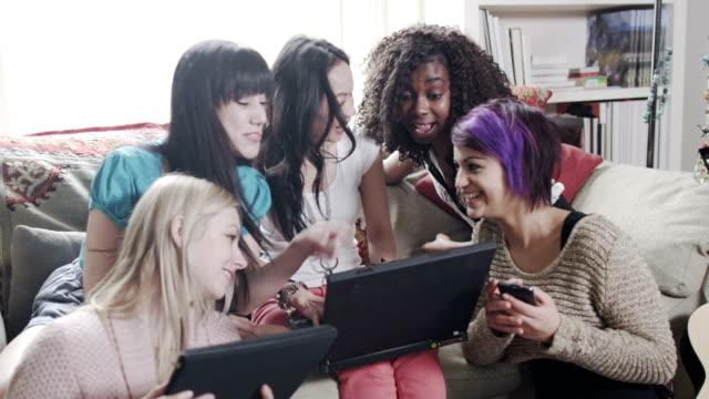 Junge Frauen mit digitalen Technologien – Video