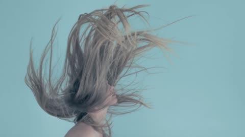 vídeos de stock e filmes b-roll de young women with flying hair - cabelo