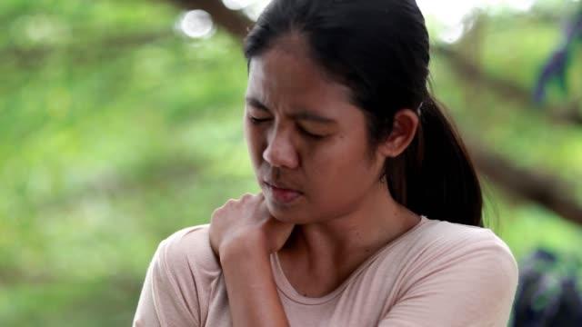unga kvinnor med smärta i axlar och överarm, kontors syndrom, hälso-och sjukvårds koncept - axel led bildbanksvideor och videomaterial från bakom kulisserna