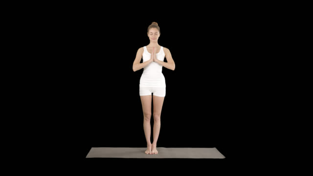 젊은 요가 여자 명상 서, 알파 채널 - mountain top 스톡 비디오 및 b-롤 화면