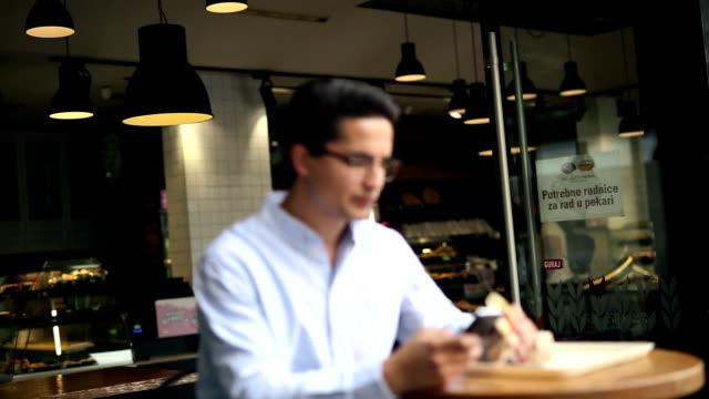 vídeos de stock e filmes b-roll de young yuppie hipster businessman in cafe - bar local de entretenimento