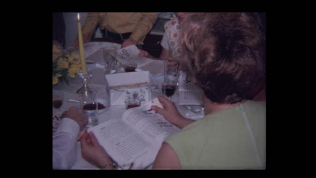 vídeos y material grabado en eventos de stock de 1971 el hijo más joven recite las cuatro preguntas en el seder de la pascua - pascua judía