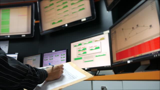 チェック youngnetwork エンジニアにシステムコントロールルームのモニター - 監視点の映像素材/bロール