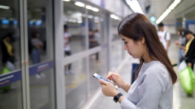 地下鉄駅で youngwoman - スマートフォン点の映像素材/bロール