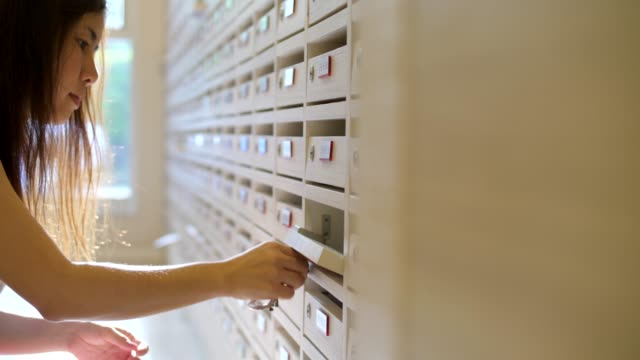 eröffnung eines postfachs überprüfen youngwoman - briefkasten stock-videos und b-roll-filmmaterial