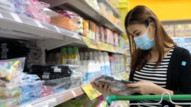 vídeos y material grabado en eventos de stock de jovencita en supermercado - snack aisle