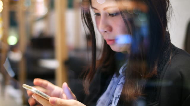 vídeos de stock, filmes e b-roll de jovem usando telefone inteligente - identidade