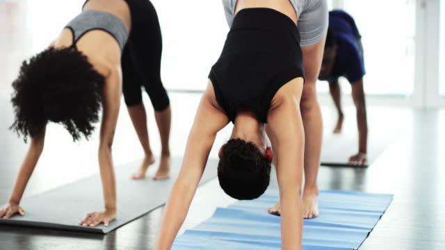 il tuo corpo e la tua anima ti ringrazieranno dopo questo allenamento - metodo pilates video stock e b–roll