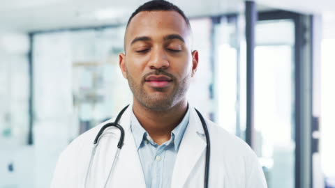 vídeos de stock e filmes b-roll de your healthcare needs will always stay my priority - doutor