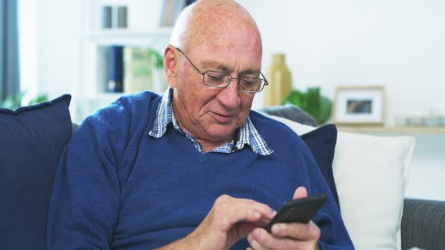 dina nära och kära älskar att höra från dig - pensionärsmän bildbanksvideor och videomaterial från bakom kulisserna