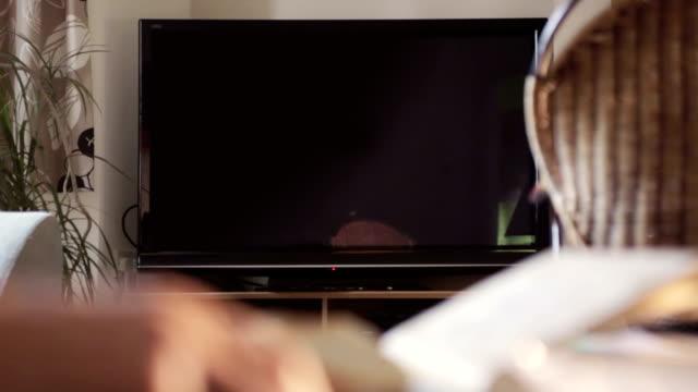 vídeos de stock e filmes b-roll de tv a sua mensagem, chroma keyed id - living room background