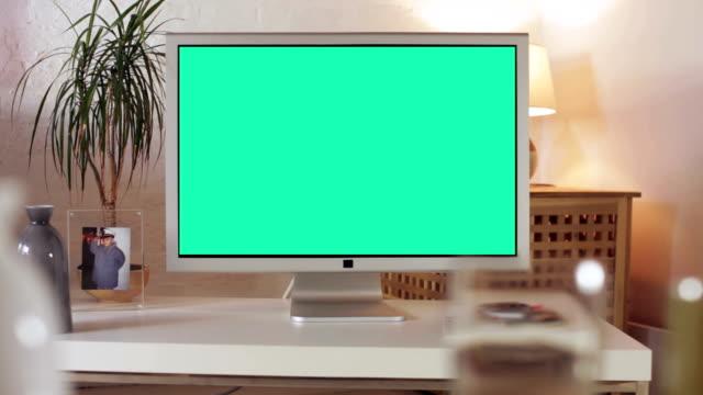vídeos de stock e filmes b-roll de tv o id da mensagem - living room background