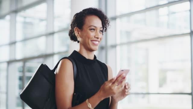 stockvideo's en b-roll-footage met uw volgende grote klant wacht hier van u - business woman phone