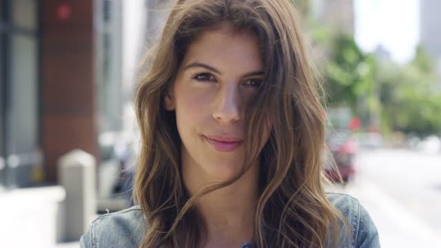 vidéos et rushes de votre sourire met en valeur votre confiance - portrait femme