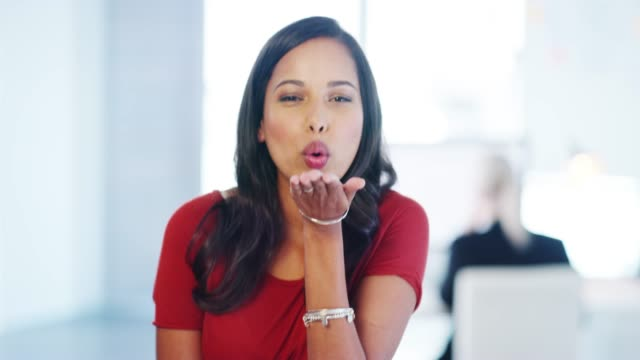 du är en docka - blåsa en kyss bildbanksvideor och videomaterial från bakom kulisserna