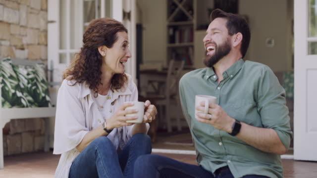 vidéos et rushes de tu es le sucre de mon café. - man drinking terrace