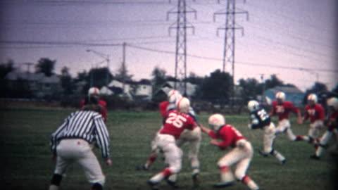 vídeos y material grabado en eventos de stock de (8 mm) de fútbol juvenil de acciones vintage - cultura estadounidense