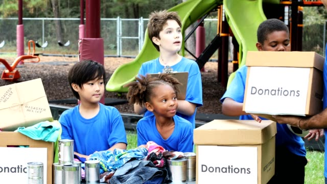 la squadra sportiva giovanile raccoglie oggetti per i soccorsi in caso di calamità - preadolescente video stock e b–roll