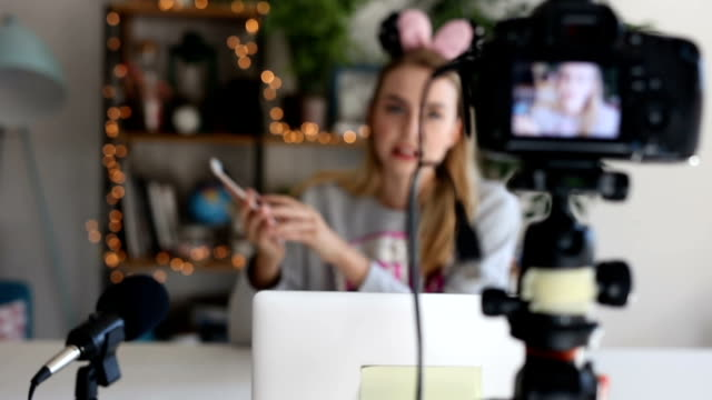 stockvideo's en b-roll-footage met youtuber vlogging over nieuwe app - geluidsopname apparatuur