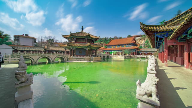 yuantong tempel oder goldenen tempel in kunming, china - pagode stock-videos und b-roll-filmmaterial